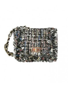 Tweed väska med franskant i tweedtyget. Axelrem av en guldkedja.