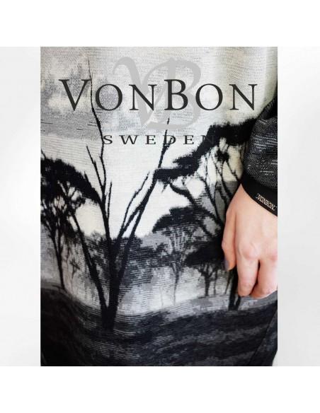 VONBON stickad klänning i viskos. Unikt mönster från Afrika, savannen i grått och svart.