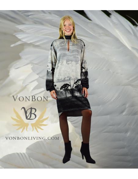VONBON oversize trikå klänning i viskos. Unikt mönster från Afrika, savannen i grått och svart.