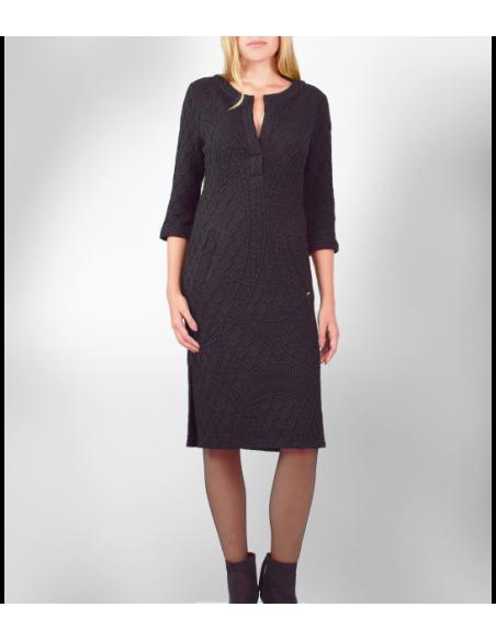 VONBON Jersey klänning i svart färg med struktur mönster i trikå, öppen fram och knälängd.