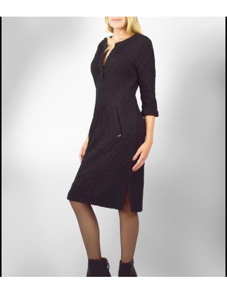 VONBON Jersey klänning i svart färg med struktur mönster, öppen fram och knälängd.