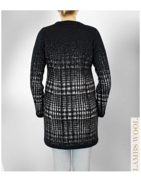 VONBON hållbart mode i en stickad cardigan i italiens lammull. Stickad jacka i rutigt mönster i svart och vitt. Svensk design.