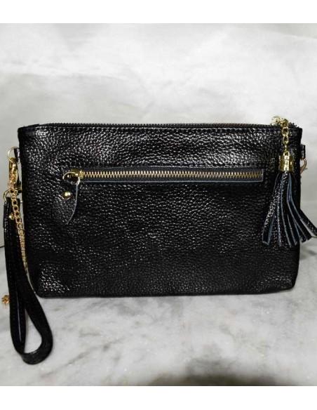 Två färgad skinnväska i äkta läder. Krokodil präglat skinn i svart och vitt väskan har avtagbar guldkedja som axelrem