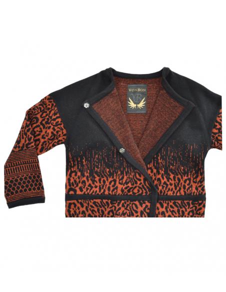 VONBON stickad cardigan i italiens lammull. Stickad jacka i djurmönster i svart och orange.