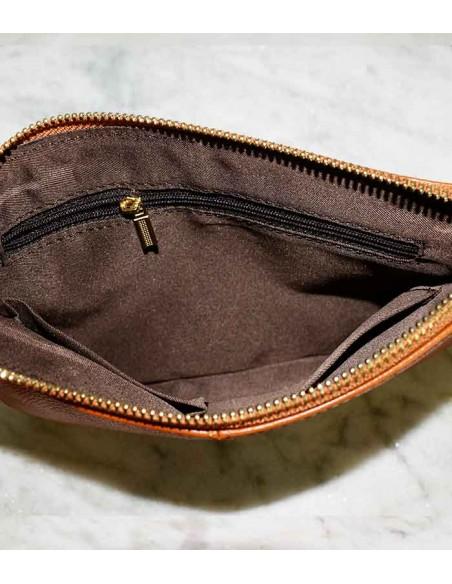 Läder clutch, skinnväska i äkta läder / äkta skinn har en avtagbar guldkedja som axelrem och även en handledsrem