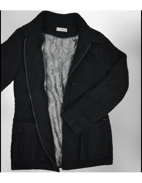 VONBON Chanel Jacka i svart boucle tyg. Stora bälgfickor, dekorativa knappar fram och dragkedja.