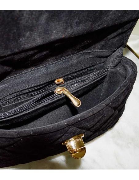 Kviltad midjeväska i blå sammet med bälte med en guldkedja som dekoration. kan även användas som en blå kviltad aftonväska.