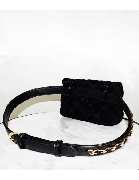 Kviltad midjeväska med bälte med en guldkedja som dekoration. kan även användas som en svart kviltad aftonväska.
